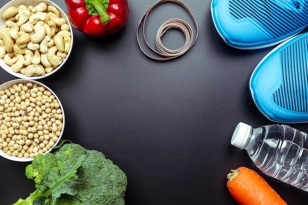 Concetto di cibo sano, broccoli, peperoni, carote, cereali integrali, acqua.