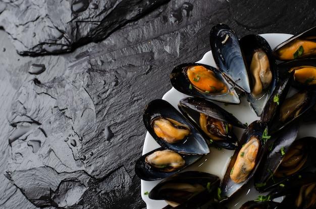 Concetto di cibo sano frutti di mare. cozze al vapore