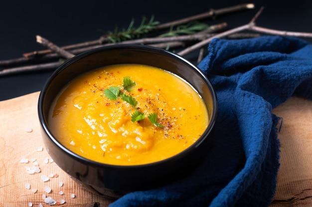 Concetto di cibo sano minestra di verdure calde vegan mix in tazza di ceramica nera