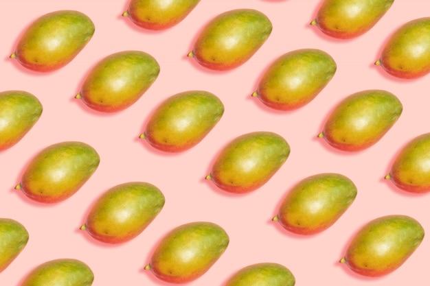 Concetto di cibo sano. modello di mango maturo