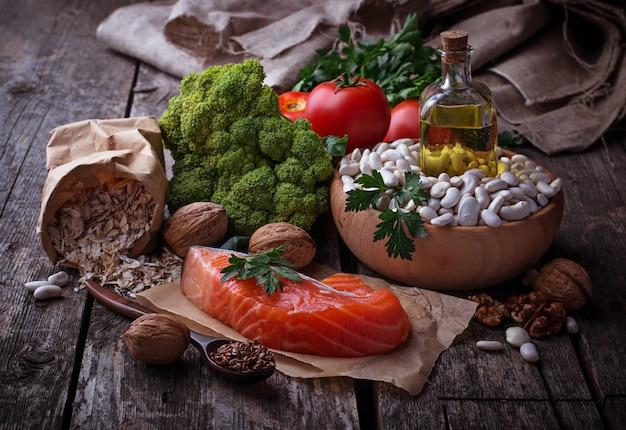 Concetto di cibo sano per il cuore. messa a fuoco selettiva