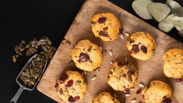 Concetto di cibo sano sentiero fatto in casa mix cereali integrali organici biscotti energetici su tavola di legno con spazio di copia