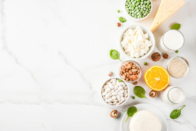 Concetto di cibo sano. set di alimenti ricchi di calcio - prodotti lattiero-caseari e vegani ca sfondo di marmo bianco