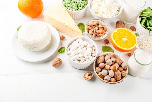Concetto di cibo sano. set di alimenti ricchi di calcio - prodotti lattiero-caseari e vegani