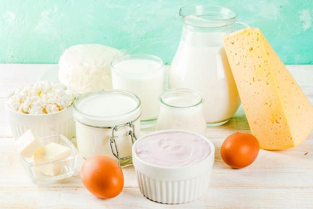 Concetto di cibo sano. set di prodotti lattiero-caseari sfondo azzurro e bianco in legno