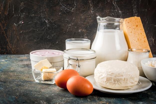 Concetto di cibo sano. set di prodotti lattiero-caseari sfondo blu scuro
