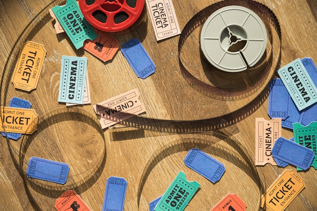 Concetto di cinema con bobina e biglietti