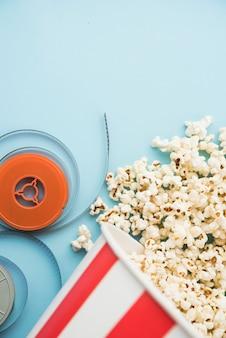 Concetto di cinema con vari elementi