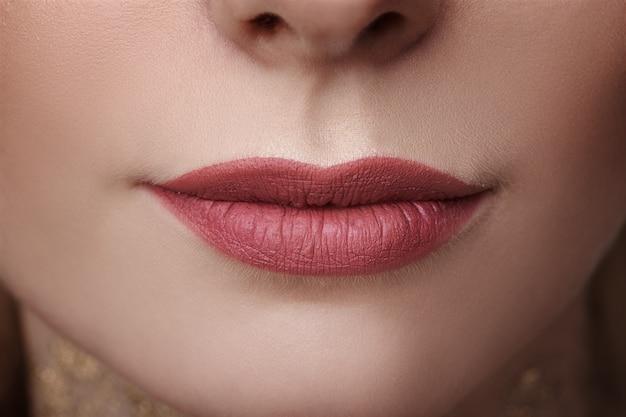 Concetto di close-up, bellezza e cura della pelle labbra belle donne