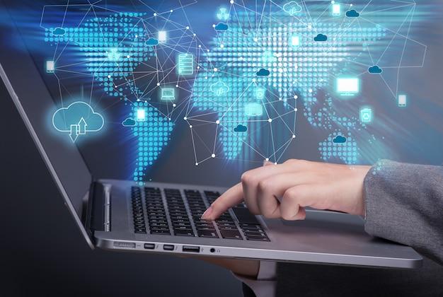 Concetto di cloud computing nel collage di tecnologia