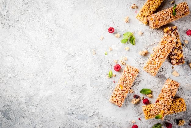 Concetto di colazione e snack sani, barrette di cereali fatte in casa