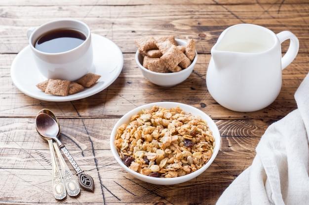 Concetto di colazione muesli latte caffè e cracker