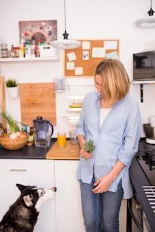 Concetto di colazione sana con donna moderna