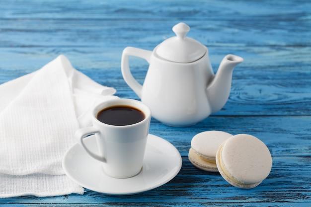 Concetto di colazione. tazza di caffè e amaretto bianco sul tovagliolo