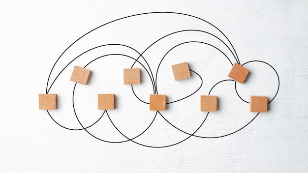 Concetto di collegamento di rete, blocchi di legno su legno bianco.
