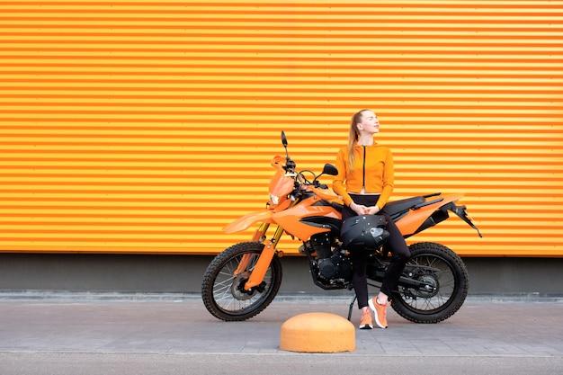 Concetto di colore arancione pop.
