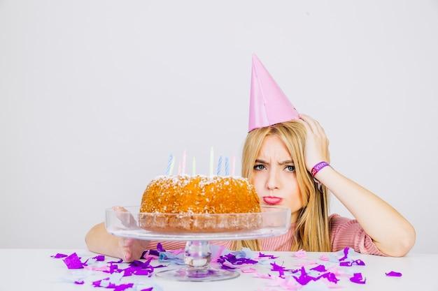 Concetto di compleanno con ragazza pazza