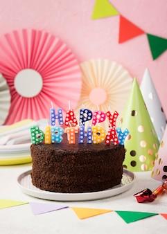 Concetto di compleanno con torta al cioccolato