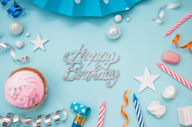 Concetto di compleanno incantevole con elementi colorati del partito