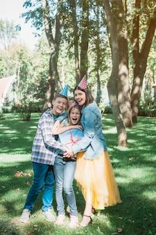 Concetto di compleanno incantevole con famiglia felice