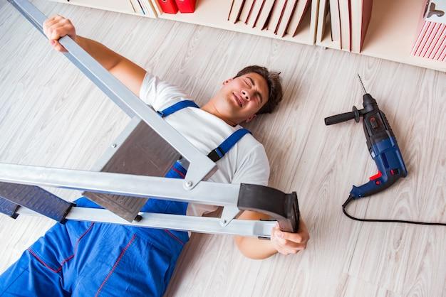 Concetto di comportamento non sicuro con il lavoratore che cade