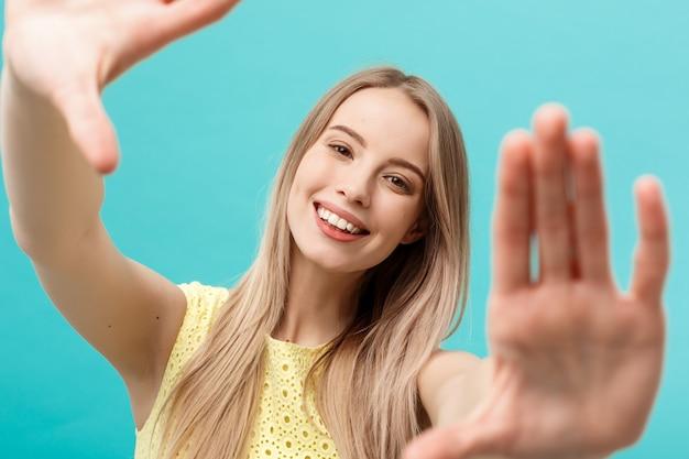 Concetto di compravendita: bella giovane donna infelice in abito elegante giallo
