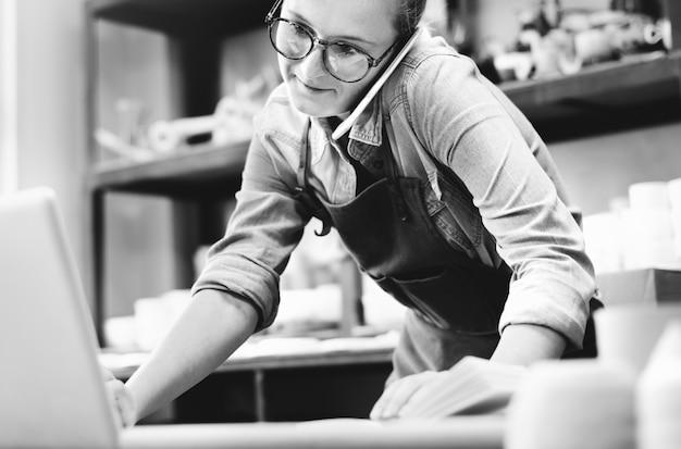 Concetto di comunicazione di tecnologia di pottery skill dell'artista dell'artigiano