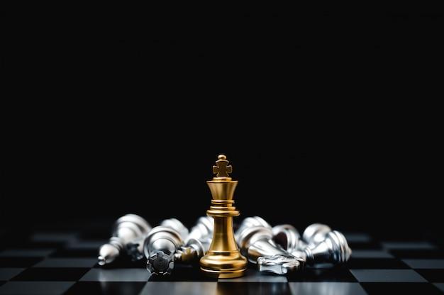 Concetto di concorrenza aziendale leader e successo. strategia di gioco di scacchiera