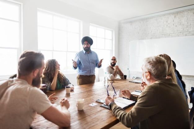 Concetto di condivisione della rete del tavolo della riunione