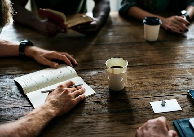 Concetto di condivisione della rete del tavolo riunioni