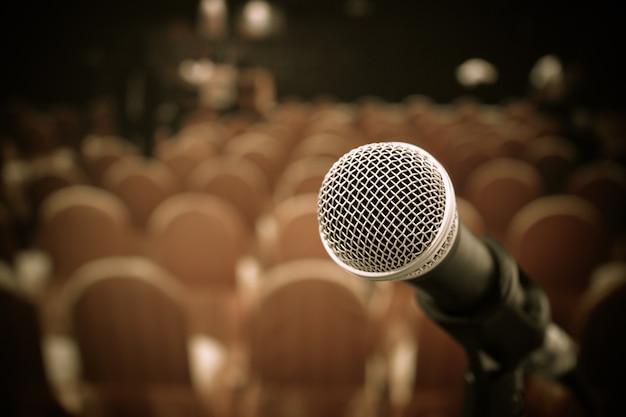 Concetto di conferenza del seminario: microfoni per parlare o parlare nella stanza del seminario