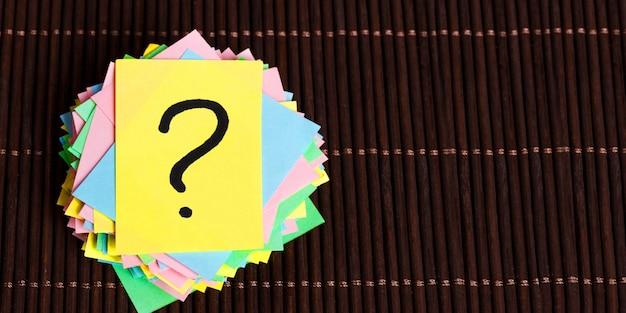 Concetto di confusione, domanda o soluzione. punto interrogativo su fondo di legno