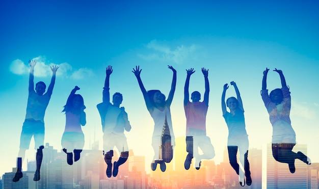 Concetto di conquista di successo del gruppo casuale adolescente della diversità