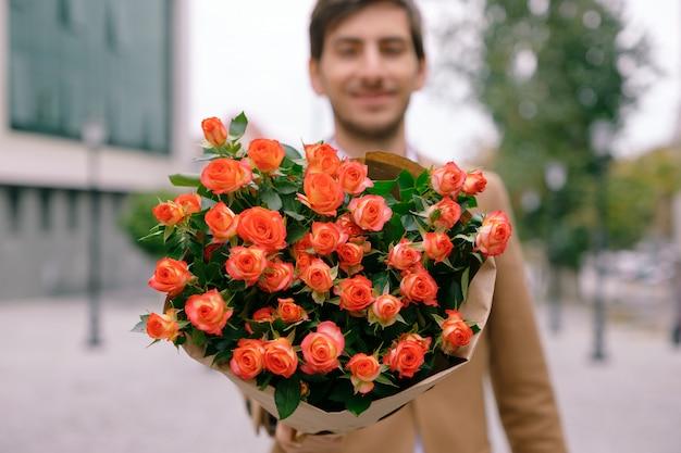 Concetto di consegna dei fiori. focus sul bouquet di fiori