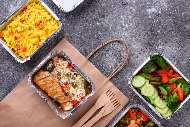 Concetto di consegna del cibo. pranzo in contenitore