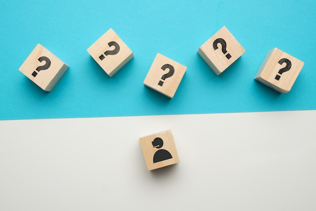 Concetto di consultazione online con icone su blocchi di legno.