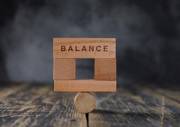 Concetto di contabilità finanziaria e di affari con la vista laterale dei blocchi di legno.