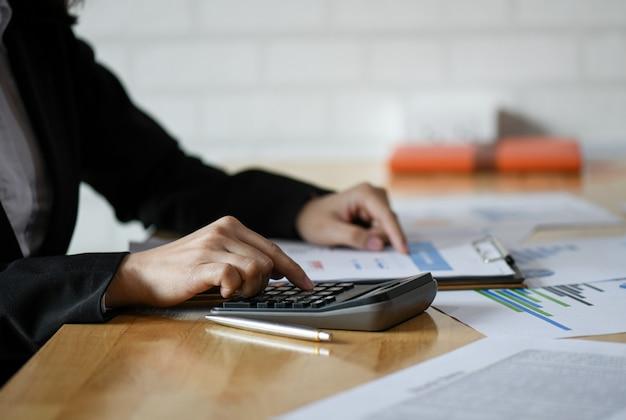 Concetto di contabilità, il personale contabile sta riepilogando il budget dell'azienda.