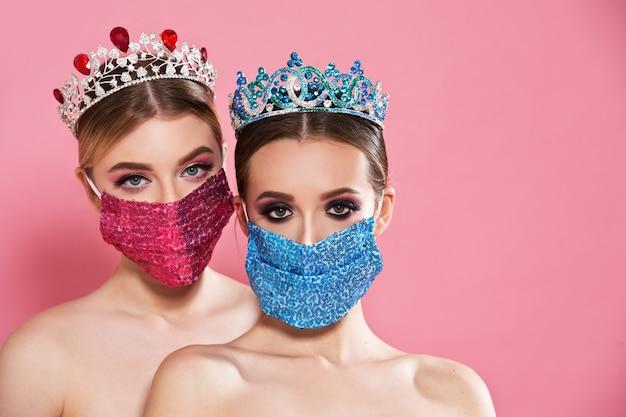 Concetto di coronavirus. le donne indossano maschere e corone.