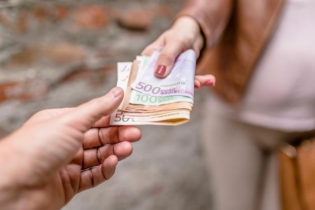 Concetto di corruzione, uomo che prende soldi dalla donna. donna che dà soldi a un uomo