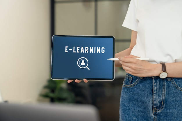 Concetto di corsi online di webinar, compressa della tenuta della donna con l'e-learning dello schermo di manifestazione.