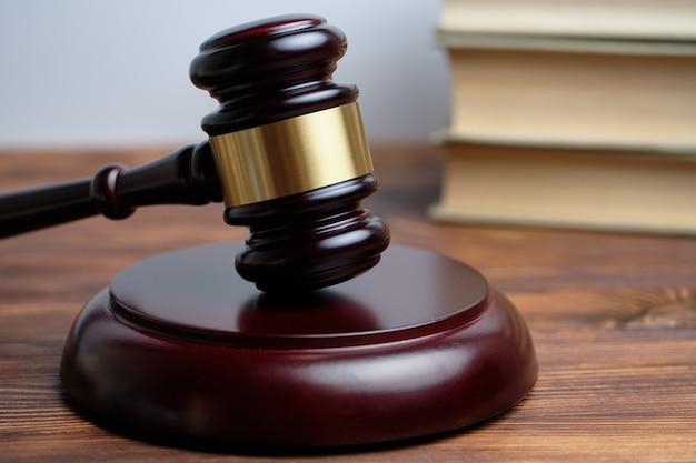 Concetto di corte sullo sfondo di libri con un martello del giudice