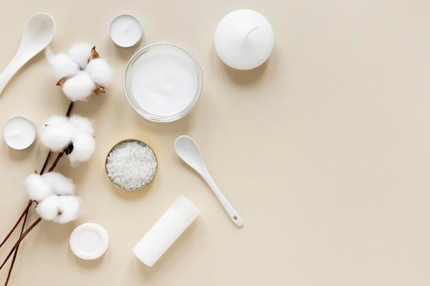 Concetto di cosmetici naturali con fiori di cotone