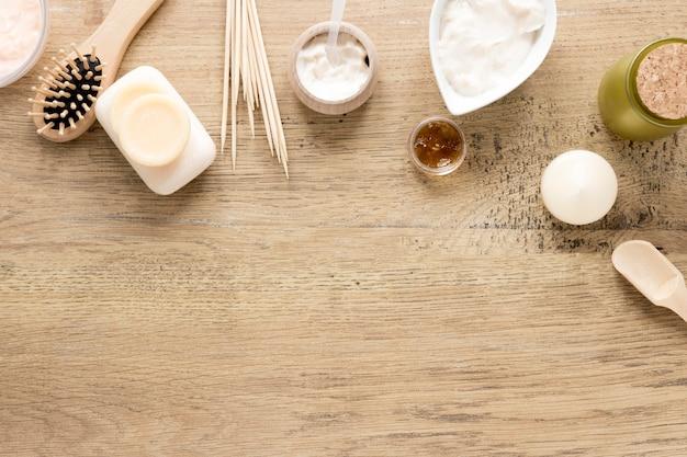 Concetto di cosmetici naturali sulla tavola di legno