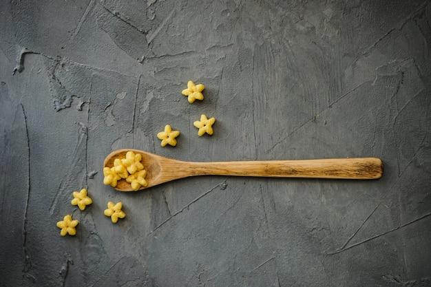 Concetto di cottura con un cucchiaio di legno