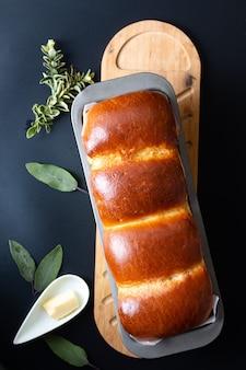 Concetto di cottura degli alimenti pane di pagnotta di latte morbido fatto in casa biologico al forno fresco in padella