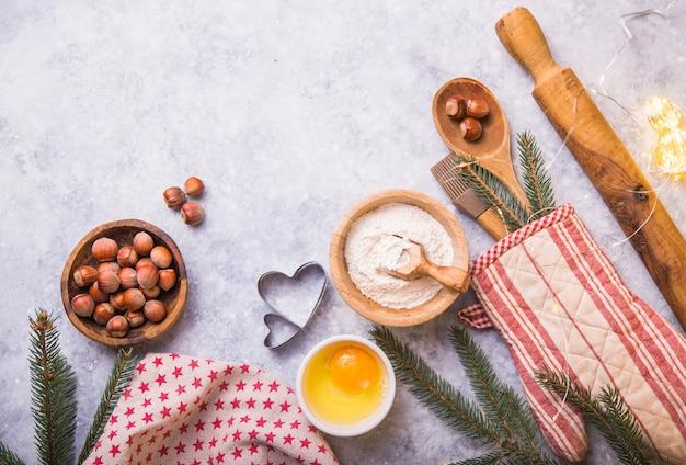 Concetto di cottura dell'inverno di natale, ingredienti per produrre i biscotti, cottura, torte. vista dall'alto