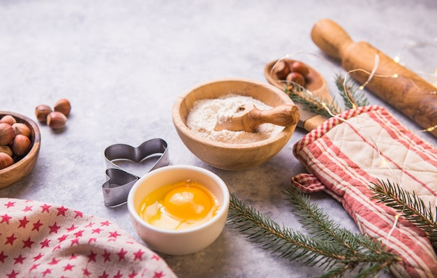 Concetto di cottura dell'inverno di natale, ingredienti per produrre i biscotti, cottura, torte