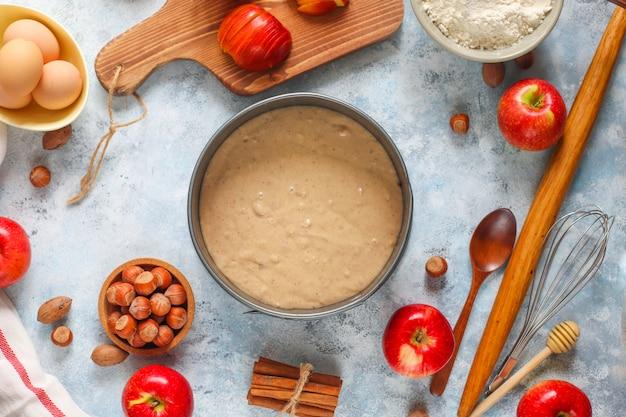 Concetto di cottura della torta di mele autunnale