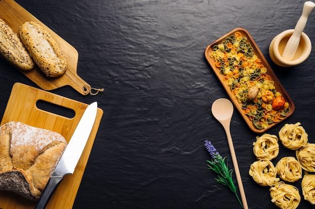 Concetto di cucina creativa italiana con spazio in mezzo